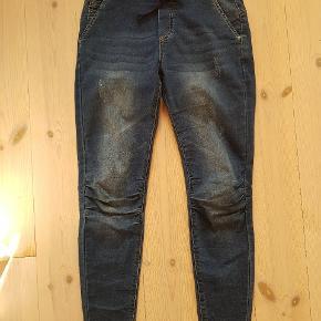 Super lækre og bløde jeans med bindebånd i taljen og masser af stretch .  Se også mine andre annoncer måske der er mere der kunne friste - giver god mængderabat ved køb af flere ting 😊  #30dayssellout