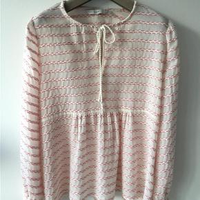 Varetype: Tunika Farve: Cream/rosa Oprindelig købspris: 499 kr.  Så fin og yndig bluse. Den er som ny, har været brugt et par gange, men har ikke været vasket - det må køber gøre:-) Længden er 66 cm. Bytter ikke - handler helst via Mobilepay - ved ts-handel betaler køber gebyr