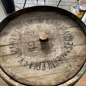 Vintønde som er lavet til bar, eller bare opbevaring.  Ø: ca 70cm  H: 89cm