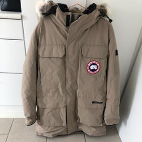 ÆGTE lang Canada Goose jakke til mænd i sandfarvet. Brugt 3-4 gange. Stand er derfor virkelig flot! Str XL