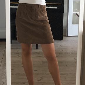 Nederdel i fløjl fra A.P.C.  Købt i en vintagebutik i Paris  Aldrig brugt  Passes af S/M