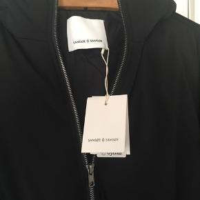Johanna jacket: dunjakke fra Samsøe Samsøe. 80% dun 20% fjer. Ny med tag. Fra AW 19 og er i butikkerne nu til 1800,- Pris 750,-pp Bytter ikke.
