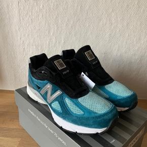 Sælger disse super fine New Balance 990v4 i en flot blå/sort colorway.   Skoen er helt ny, og kommer med original kasse.  Det indvendige mål er 26cm