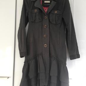 MODEL 177 Lotta Lotta long jacket. Det er den smukkeste jakke med mønstret silkefoer Odd Molly nogensinde har lavet efter min mening.    Jeg har flere eksemplarer af den i forskellige farver, hvorfor denne skal videre. Størrelse 2 i Odd Molly svarer til en størrelse 38.     Nej tak til at bytte!  # 177 Lotta Lotta long jacket Farve: Almost Black Oprindelig købspris: 3200 kr.