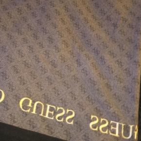 Tørklæde fra mærket Guess. Brugt få gange, så ingen skader.  BYD