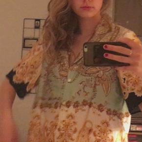Skjorte fra H&M, købt sidste år. Ingen tegn på brug/slid, da den har været brugt under 5 gange. Np 300 kr.
