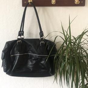 🌸 Cool taske med mange detaljer  🌸 Pieces  🌸 Den måler 30 x 45 cm 🌸 Den har været brugt, så nogle steder er 'skindet' gået lidt løs, men der er ikke huller eller noget, så den er stadig i fin stand.   🌼 Se også mine mange andre annoncer 🌼