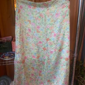 """mega fin nederdel købt på asos af mærket """"pimkie"""". har et godt fit og føles silke/satin-agtig.  den står som en 38 men er meget lille i størrelsen, så vil nærmere sige det er en 36/s💚   giver gerne mængderabat🤍"""