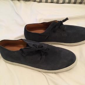 Blå ruskind sko fra COS Str 45 Snørebånd  Køber betaler fragt - velkommen til at prøve på Nørrebro - bytter ikke