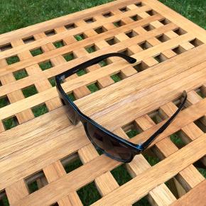 Solbriller fra Polaroid. Købt ved en optiker, mindes de kostede omkring 500 kr.  Køber betaler fragt
