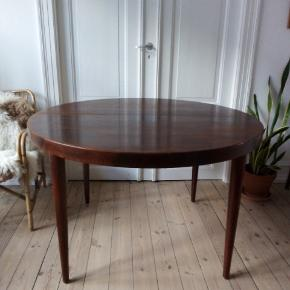 Fint spisebord - lavet til ekstra plader, men dem har jeg ikke.  114 cm i diameter og 71 cm i højden.