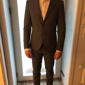 Bertoni jakkesæt i str. 46. Gråt ternet og købt i Bertoni Århus for 1999,-.  Bukserne er str. 32/32, men er lagt op og måler 95,5 cm i benene.   Sælges for min kæreste😄