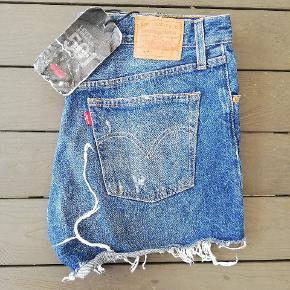 Aldrig brugte blå shorts fra Levi's i str. W30. Modellen er 501. De er vaskede. Jeg har flere flotte jeans og shorts fra Levi's og Diesel til salg.  Lige nu: Ved køb af shorts eller jeans fra Levi's, kan der (GRATIS!) vælges et ubegrænsEt antal af varer i min shop, der koster 49 kr. eller mindre!  30 Levis shorts 501 Levi's W30 blå