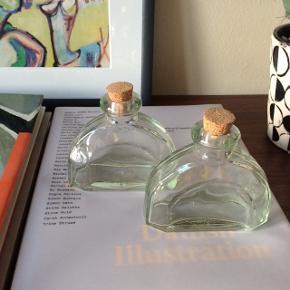 Små glas'flasker'. Ca. 11x8,5 cm.   20 kr. for begge.   Fast pris.  Mødes og handle på Nørrebro i området: Runddelen, Jægersborggade og Stefansgade. - Sender ikke.  Bytter ikke.