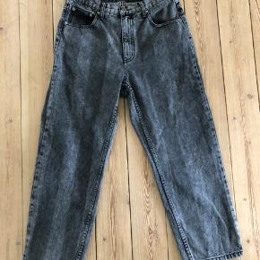 Wide legs jeans, str. 30 i livet og ca. 28 i længden. Der er brede striber i vasken.  I god stand.