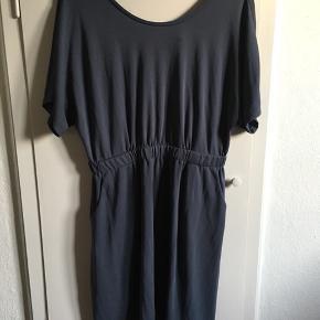 Skøn kjole fra Object, str XL. V-udskæring i ryg.