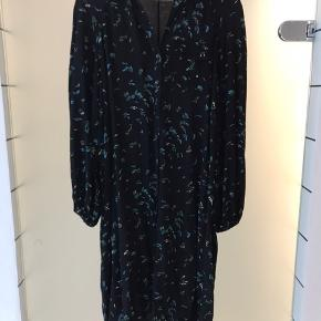 Ganni sort skjorte kjole med blomster Har elastik ved ærmet  Vaskemærke er klippet af