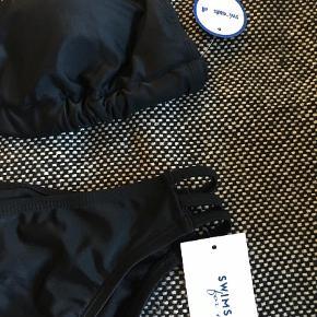 Brand: Swimsuits for all Varetype: Bikini Størrelse: 14 Farve: Sort Prisen angivet er inklusiv forsendelse.  Lækker bikini fra Ashley Grahams collection - passer mig desværre ikke. Ubrugt. Stadig m tags.