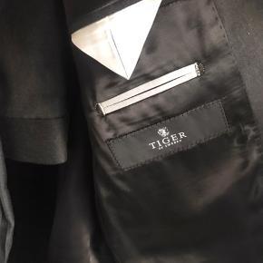 Style: Nedvin suit, col 053, mørk grå