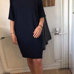 Smuk og løs kjole fra won hundred. Meget simpel, men har en fin detalje, hvor den går ned på ryggen (se billede) Kan passes af en S/M/L. Er selv en small, men den sidder meget løst på mig :-)
