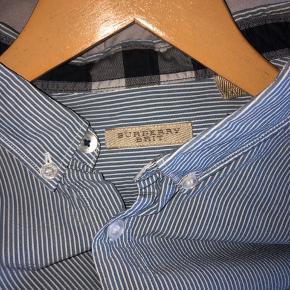 Super fin skjorte uden nogle tegn på brug. Passer mere en L end XL