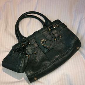 Fin taske med sjove detaljer. Den er meget mørkegrøn.