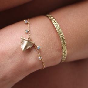 Smukt armbånd med blomsterprint fra vandaya Aldrig brugt Har kliklås med 3 størrelser, så passer alle   18karat guldbelagt