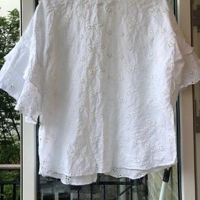 Smuk bluse fra ZARA med blonder, der kan snøres ind i taljen med tilhørendes bånd. Brugt ganske gå gange. Str. 36. Sælges for 130kr