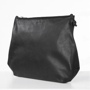 Virkelig lækker taske fra American vintage. Jeg har selv været super glad for den og brugt den en hel del. Der bærer tasken også præg af og trænger til noget læderfedt.  Det tredje billede viser tasken bagfra hvor den er lidt krøllet i den ene side. Sådan har den altid været. Ses ikke da det er bagsiden.  Nypris 950 kr.