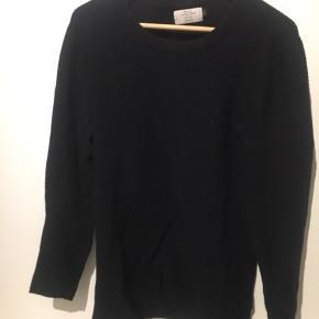 Sweater fra jack and jones / størrelse m/medium. Passer en medium brugt minimalt. super god stand  enten er den sort eller meget meget mørkeblå  Pris er ikke fast. anden pris kan forhandles