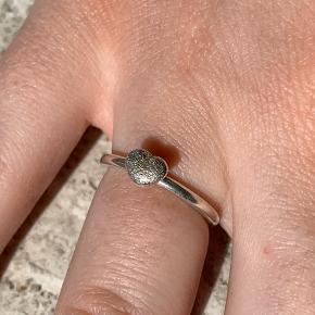 Virkelig smuk ring! Den kan gå sammen med andre ringe eller alene! Et smukt mønster ovenpå hjertet  Størrelsen er xs/48