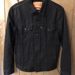 Stort set ubrugt Trucker jacket fra Levi's. Brugt mindre end en håndfuld gange og fremstår fuldstændig som ny.