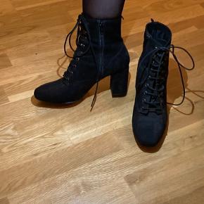 Virkelig lækre støvler fra H&M. Hælen måler ca 6 cm målt på indersiden.