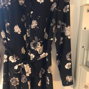 En kjole/men jeg har brugt den åben over en hvid skjorte- så kan bruges som begge dele 👏🏻 den fremstår som ny, er brugt få gange. Nyprisen for denne var 900,-. Den er normal i str.