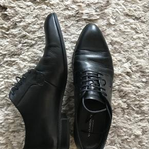 Jeg sælger mine Vagabond sko i rigtig god stand. De var brugte ca. 10 gange ig har ingen mærke af slid. Str. 37 og passer godt 37 og 37,5 Ægte læder  Nyprisen var 799kr