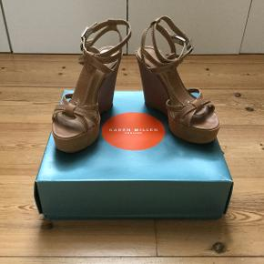 Skøn plateau sandal der passer til alt🌞 Hælen måler ca 12 cm og plateauet under forfoden er ca 4,5 cm. Indvendig mål er 24,2 cm så OBS OBS de svarer til en almindelig størrelse 38.