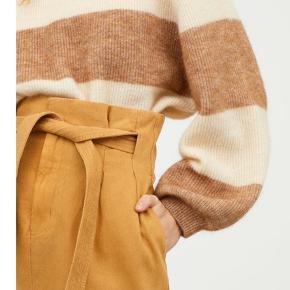 Smuk strik i mohair og uld fra H&M trend. Brugt en enkelt gang og fremstår i rigtig god stand. Den har desværre et lille hul oppe ved skulderen - se sidste billede. Har en oversize pasform, samme pasform som billedet med den farverige strik. Bytter ikke.