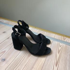 Heels købt på Asos for nogle år siden. De er brugte og bør derfor tørres af. Super behagelige at have på