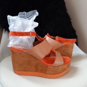 Super flotte sandaler med ankelrem. farven er brun / orange Indvendig fodlængde 26 cm Hælhøjde 10 cm