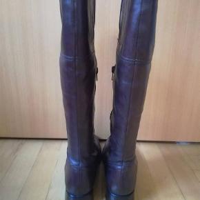 Super lækre brune støvler i ægte læder fra Ecco. Str 40. Lynlås på indersiden på midten af støvlen. Har været brugt i en kort periode, men er ikke skæve i hælen, slidte osv. Er i tvivl om de skal stå i kategorien næsten ny eller god men brugt. En lækker støvle i blødt lækkert læder. Super smuk farve. Perfekt farve og model til efteråret. 460,- pp og mobilepay. Sender hurtigt