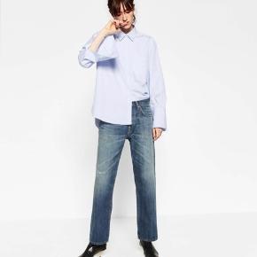 Sælger disse Zara woman studio blue destroyed patch oversized denim jeans, som sidder rigtig pænt og som næsten ikke brugt. Det er en str. small men de svare mere til en Medium.   Købt for 450,-
