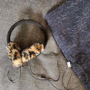 Ørevarmere med høretelefoner i. Ledning kan tages af så de kan bruges som almindelige ørevarmere