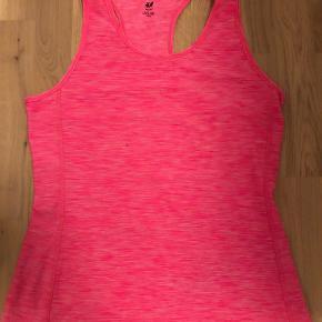 H&M sporttop i pink. Aldrig brugt. Størrelse Medium.   JEG SÆLGER DEN OG I ORANGE! Køb dem begge for 100 kr.   Kom gerne med et bud! :D  Tjek gerne mine andre annoncer :D
