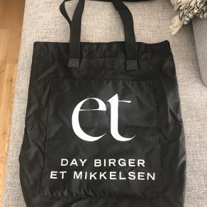 Stor og praktisk taske fra DAY Birger et Mikkelsen.