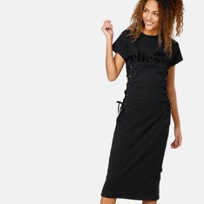 Lækker kropsnær kjole med snøre fra Ellesse.