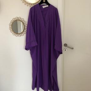 Helt fantastisk og smuk vintage Dior kjole fra 1970'erne sælges. Onesize: løs pasform og vil passe alt fra en S-L. Materiale er polyester. Har lidt tegn på brug i fronten (se sidste billede), men ellers i god stand.