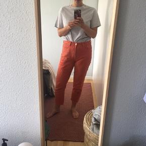 Bukser fra Hm i vintage fit. Sidder mega godt! Har en plet på kanten af højre buksebenskant.