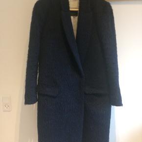 Smuk frakke fra Malene Birger, model rocket i en pelsagtig overflade. Den er brugt men stadig fin. Der er hul i linningen i lommer og i foret ved ærmet.  Se også gerne mine andre annoncer. Giver mængde-rabat :-)