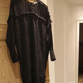 Super fin kjole fra Hoss Intropia med lækker struktur i stoffet. Brugt få gange. 100 % silke ✨