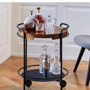 SERVEit bakkebord (barbord) fra Sackit i sort med acacia bakke. Kan bruges med og uden træbakke. Aldrig brugt NP 3394 kr.  Kan hentes i Aarhus eller i Aalborg eller Frederikshavn efter aftale
